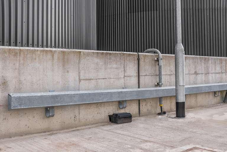 Verende vangrailconstructie tegen aanrijding van traagrijdende, middelzware voertuigen