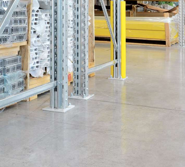 Kunststof beschermingsprofielen ter bescherming van magazijnrekken.