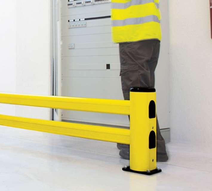Kunststof rek- en muurbescherming met dubbele rail, geschikt als aanrijdbeveiliging voor lichte voertuigen.