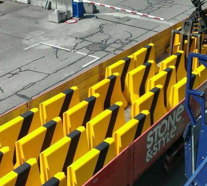 Betonnen separatoren om verkeer te leiden of voetgangers te beschermen